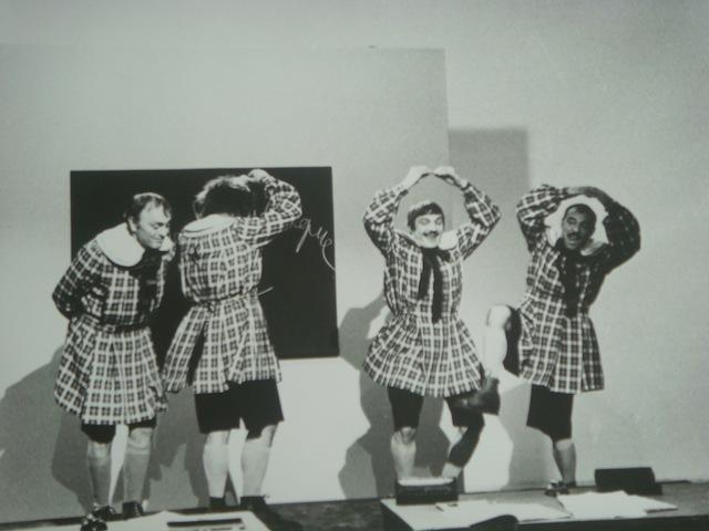 Les FRERES JACQUES en écoliers indisciplinés, dansant sur l'air de Travadja la Mouker...!